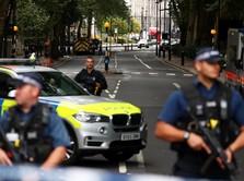 Pengendara Mobil Tabrakkan Diri ke Pagar Parlemen Inggris