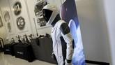 SpaceX menunjukkan pakaian baru yang akan digunakan astronot NASA selama penerbangan pertama mereka di pesawat ruang angkasa Dragon. (REUTERS/Mike Blake)