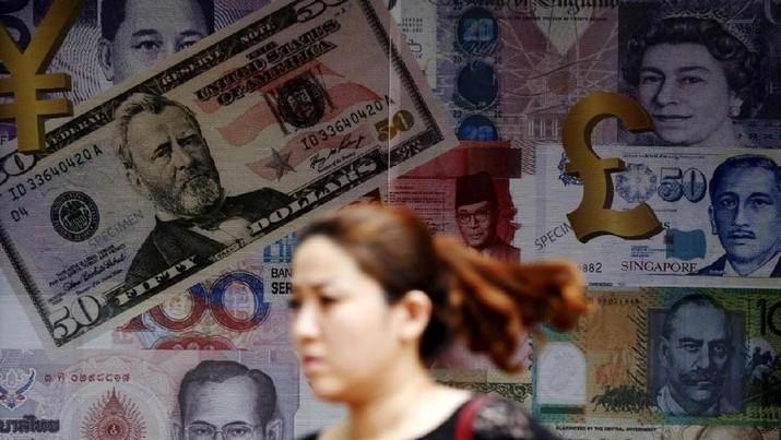 A woman walks past a money exchange shop in Kuala Lumpur, Malaysia, August 25, 2015. REUTERS/Olivia Harris.