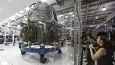 Pesawat luar angkasa SpaceX Dragon ditampilkan seolah sedang dibangun di dalam ruang markas SpaceX di Hawthorne, California, Amerika Serikat. (REUTERS/Mike Blake)