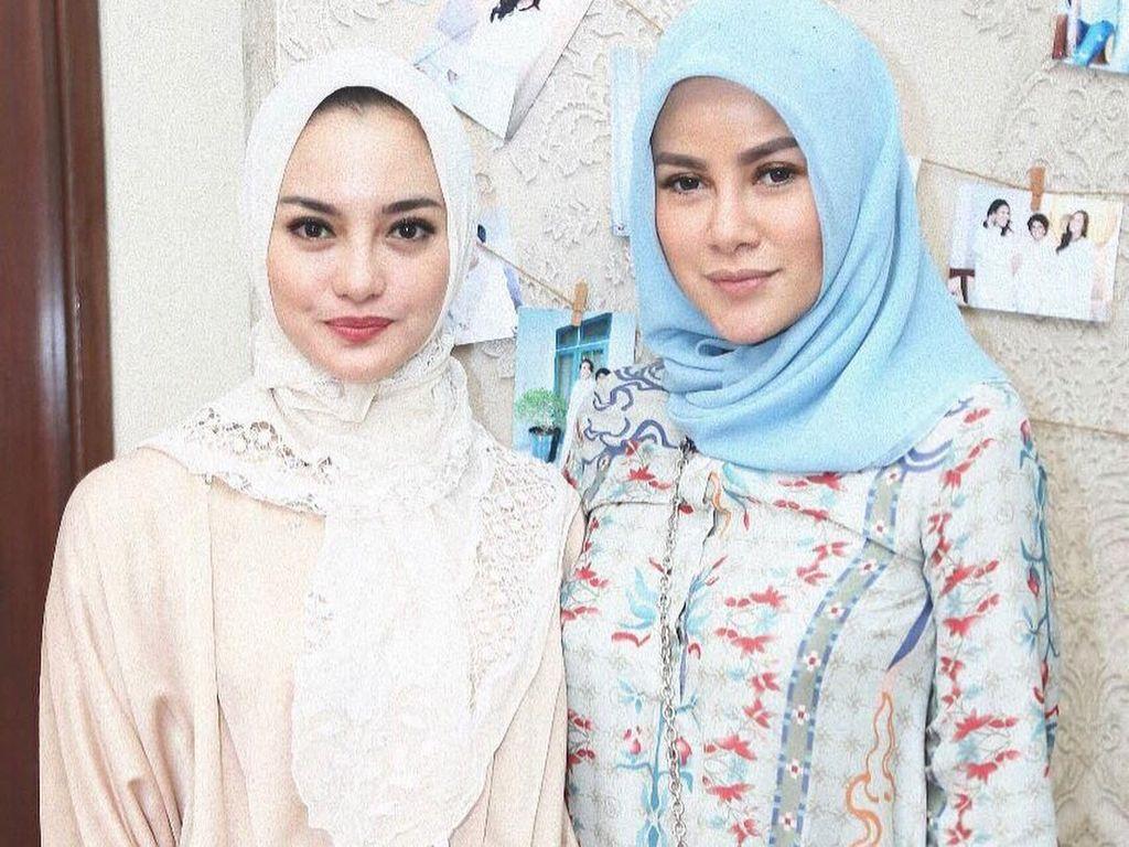Adu Gaya: Olla Ramlan dan Ririn Ekawati Saat Kompak Pakai Jilbab