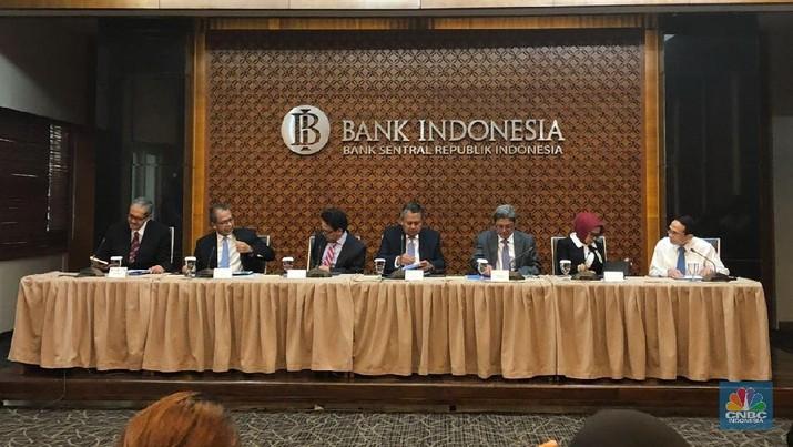 Keputusan tersebut di luar ekspektasi pelaku pasar yang dihimpun CNBC Indonesia, yang memperkirakan BI masih tetap menahan tingkat bunga acuan.