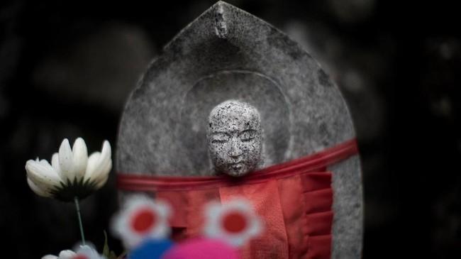 Saat musim dingin bahkan mereka diberi baju hangat agar jiwa si anak pun terjaga. (AFP PHOTO / Behrouz MEHRI)