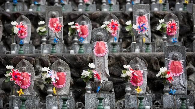 Nisan yang menjadi simbol bagi setiap jiwa yang meninggal, juga dianggap sebagai pelindung mereka. (AFP PHOTO / Behrouz MEHRI)