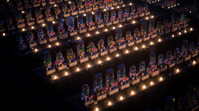 Ada kalanya, dipercaya jiwa mereka yang telah tiada itu kembali ke dunia. Saat itulah ratusan jemaah kuil berkumpul dan melakukan doa Obon. (AFP PHOTO / Behrouz MEHRI)