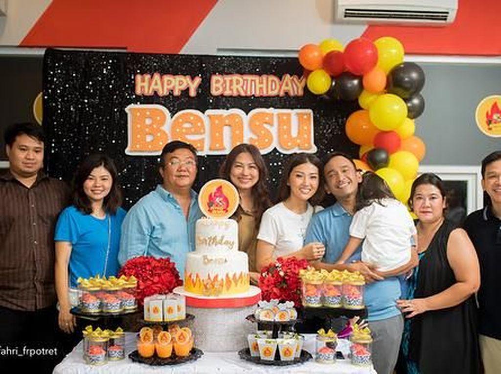 Ada sahabat dan kerabatnya yang hadir dalam perayaan ulang tahun tersebut. Foto: Dok. Instagram Ruben Onsu