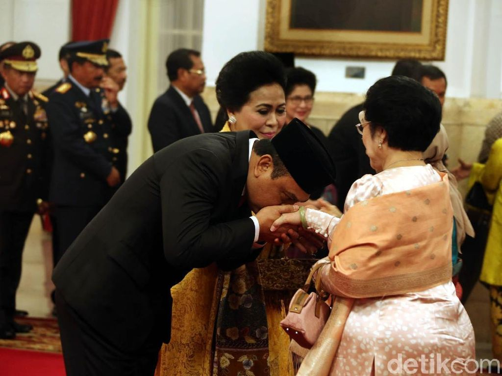 Saat MenPAN-RB Syafruddin Cium Tangan Megawati