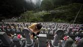 Tiap nisan pun dirawat dengan sedemikian rupa. Mereka selalu dibersihkan dan diberi bunga. (AFP PHOTO / Behrouz MEHRI)