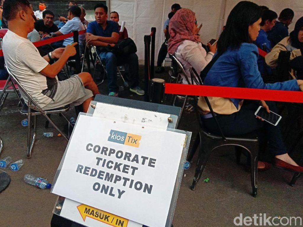 Kantor Kiostix di Kemang, Jakarta tampak ramai dipenuhi pengunjung yang ingin menukar tiket opening Asian Games 2018.
