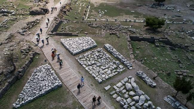Lokasi Pergamon pun terbilang indah. Posisinya 335 meter di permukaan laut. Ia seakan didesain menjadi kota yang terpencil sekaligus aman, namun juga kaya. (Anadolu Agency/Mahmut Serdar Alakuş)