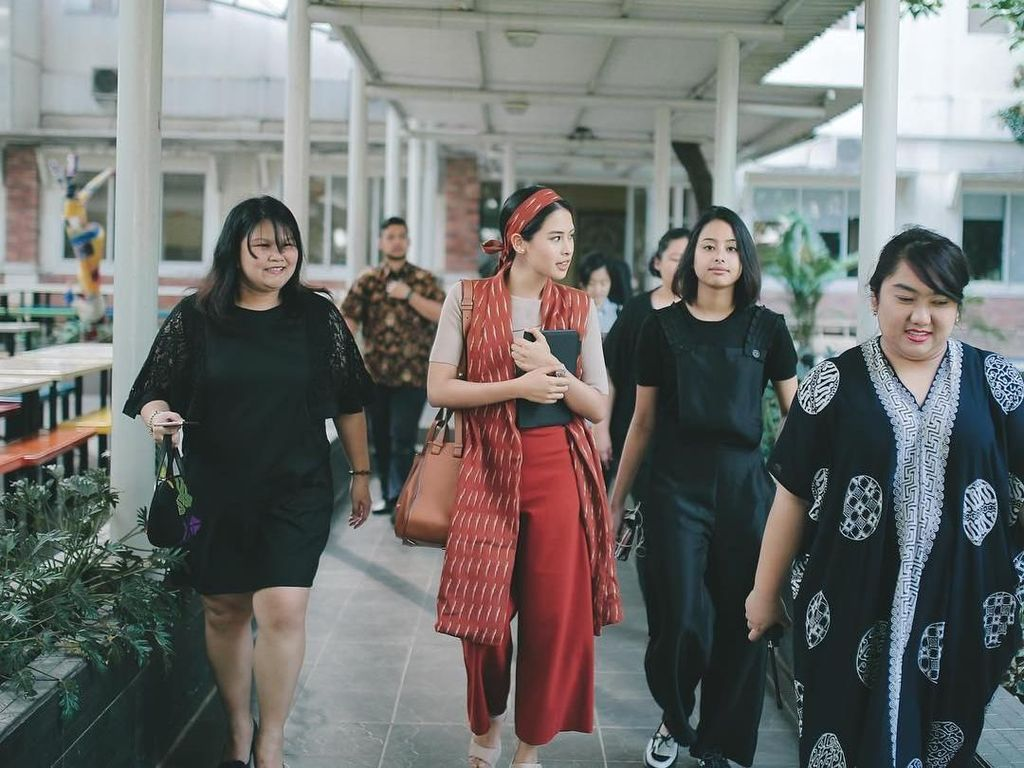 5 Ide Gaya Selebriti Indonesia Tampil Modis dengan Baju Merah Putih