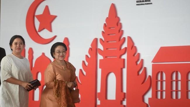 Mantan Presiden Megawati Soekarnoputri (kanan) didampingi putrinya Menko PMK Puan Maharani (kiri) tiba di lokasi Sidang TahunanMPR/DPR/DPD RI 2018, Kompleks Parlemen, Senayan, Jakarta, Kamis (16/8). (ANTARA FOTO/Akbar Nugroho Gumay)