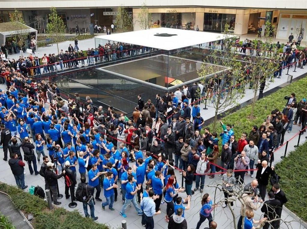 Ini suasana pembukaan Apple Store yang sangat meriah pada tahun 2014 lalu. Foto: istimewa