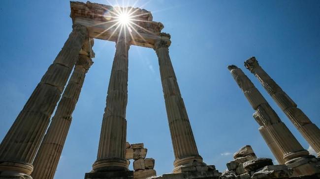 Tak lagi berpenghuni, kota kuno itu masih menyisakan puing peradaban yang terbilang luar biasa. Masih ada kuil, teater, gimnasium, altar bahkan bangunan perpustakaan yang dilingkupi oleh dinding tinggi. (Anadolu Agency/Mahmut Serdar Alakuş)