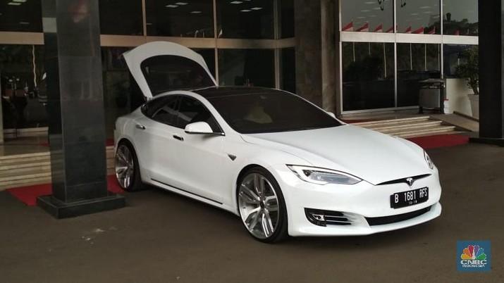 Keren, Ini Mobil Tesla Putih Milik Ketua DPR Bambang Soesatyo