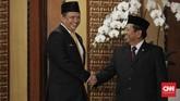 Ketua DPR Bambang Soesatyo bersiap foto bersama pimpinan lembaga tinggi negara usai menghadiri Sidang Bersama DPD dan DPR di Kompleks Parlemen, Senayan, Jakarta (16/8). (CNN Indonesia/Hesti Rika)