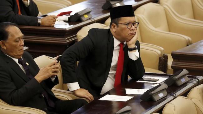 Presiden Joko Widodo mengawali pidatonya dengan membungkukkan badan memberi hormat kepada anggota Dewan dalam Sidang Tahunan MPR/DPR/DPD RI. (REUTERS/Beawiharta)