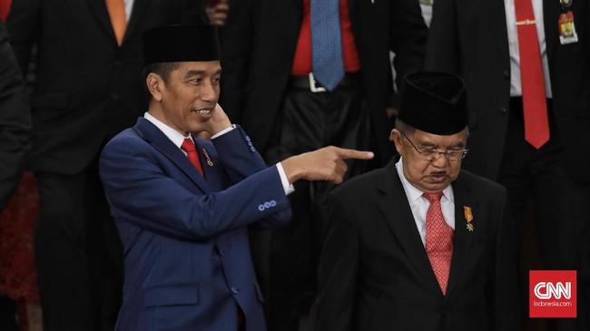 Presiden Joko Widodo dan Wakil Presiden Jusuf Kalla bersiap foto bersama pimpinan lembaga tinggi negara usai menghadiri Sidang TahunanMPR/DPR/DPD RI 2018di Kompleks Parlemen, Senayan, Jakarta (16/8). (CNN Indonesia/Hesti Rika)