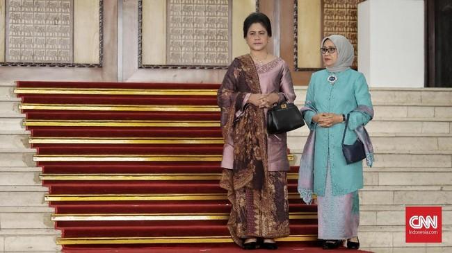 Ibu Negara Iriana Joko Widodo dan Ibu Mufidah Jusuf Kalla menghadiri Sidang TahunanMPR/DPR/DPD RI 2018, di Kompleks Parlemen, Senayan, Jakarta (16/8). Sidang tersebut beragendakan penyampaian pidato kenegaraan Presiden Joko Widodo. (CNN Indonesia/Hesti Rika)