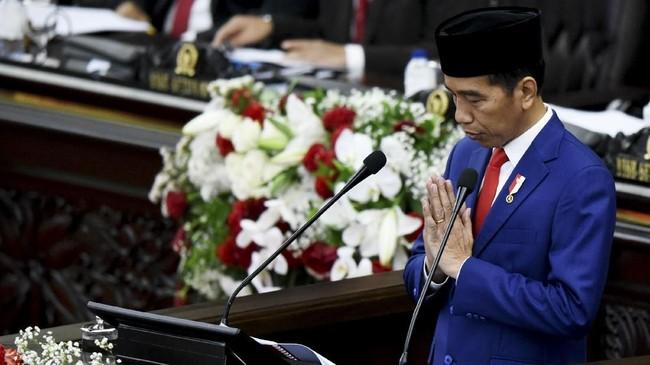 Presiden Joko Widodo memberikan salam saat menyampaikan pidato kenegaraan pada Sidang TahunanMPR/DPR/DPD RI 2018di Gedung Nusantara, Kompleks Parlemen, Senayan, Jakarta, Kamis (16/8). (ANTARA FOTO/Hafidz Mubarak A.)