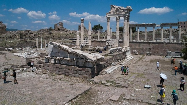 Sejak dahulu, lokasi yang ada di pertengahan Eropa dan Timur Tengah itu telah menjadi pusat budaya, ilmu pengetahun dan bahkan politik. Setelah diserahkan pada kekaisaran Romawi, peran Pergamon lebih penting lagi. Semua yang sudah ada dimutakhirkan. (Anadolu Agency/Mahmut Serdar Alakuş)