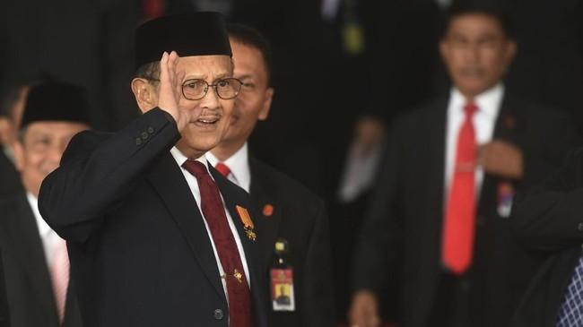 Mantan Presiden B.J. Habibie melambaikan tangan saat tiba di lokasi Sidang TahunanMPR/DPR/DPD RI 2018, Kompleks Parlemen, Senayan, Jakarta, Kamis (16/8). (ANTARA FOTO/Akbar Nugroho Gumay)