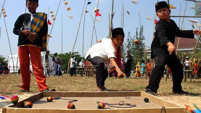 Salah satu permainan populer di banyak daerah di Indonesia, gasing, selalu menjadi tantangan sendiri bagi anak laki-laki untuk memainkannya. (ANTARA FOTO/Risky Andrianto)