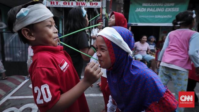 Tak semua permainan tradisional yang dikenal publik kini adalah warisan masa lalu.Beberapa dari permainan itu adalah hasil perkembangan zaman, seperti lomba menggunakan sedotan atau pipet ini.(CNNIndonesia/Safir Makki)