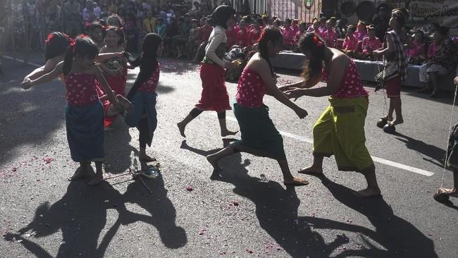 Sejumlah acara kerap diadakan untuk mengingatkan kembali masyarakat akan permainan tradisional, seperti pada acara Gelar Budaya Dolanan Anak Tempo Dulu di Jalan Gatot Subroto, Solo, Jawa Tengah, 1 Juli lalu, ini. (ANTARA FOTO/Maulana Surya)