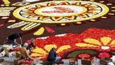 Penyelenggara sempat khawatir cuaca terik musim panas di Eropa bakal membuat bunga-bunga itu tidak mekar. Namun, kecemasan itu pudar dan festival tetap digelar. (REUTERS/Yves Herman).