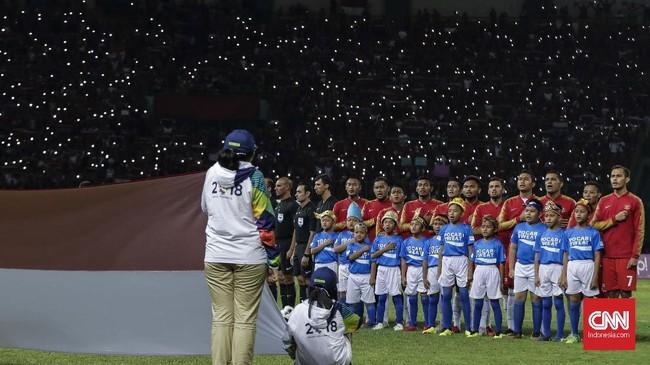 Tim sepak bola Indonesia menyanyikan lagu kebangsaan sebelum melawan Laos pada penyisihan Grup A Asian Games 2018 di Stadion Patriot Bekasi, Jumat (17/8). Indonesia sukses mengalahkan Laos dengan skor 3-0. (CNNIndonesia/Adhi Wicaksono)