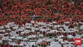 Suporter Indonesia ikut menyanyikan lagu kebangsaan sebelum skuat Garuda Muda menghadapi Laos di Stadion Patriot Bekasi, Jumat (17/8). (CNNIndonesia/Adhi Wicaksono)