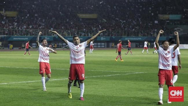 Skuat Timnas Indonesia U-23 merayakan kemenangan seusai pertandingan dengan menghampiri suporter yang bersorak-sorai sepanjang laga. (CNNIndonesia/Adhi Wicaksono)