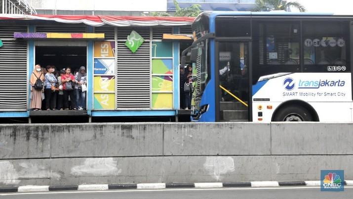 Anies Baswedan mengirimkan surat kepada direktur utama PT Transportasi Jakarta (Transjakarta), PT MRT Jakarta, dan PT LRT Jakarta.