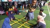 Bagi beberapa permainan yang jarang dikenal luas, seperti tari bambu di gambar ini,dimunculkan dalam acara tertentu. Walau jarang dikenal luas, anak-anak tetap ceria memainkannya. (ANTARA FOTO/Muhammad Iqbal)