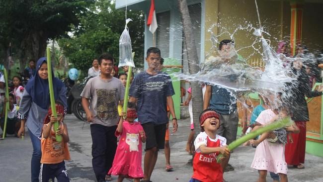 Indonesia memiliki ribuan permainan tradisional, sebagian dikenal publik dari generasi ke generasi, sebagian lainnya berkembang seiring zaman. Bahkan sebagian lainnya mulai dilupakan. (ANTARA FOTO/Ari Bowo Sucipto)