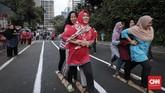 Bukan cuma panjat pinang, rasa gotong royong juga dipupuk kala memainkan bakiak seperti yang dilakukan peserta lomba Perayaan Kemerdekaan RI ke-73 di Karet Tengsin, Jakarta, 17 Agustus 2018. (CNNIndonesia/Safir Makki)