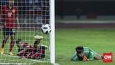 Penjaga gawang Laos Paseuth Saymanolinh berhasil menggagalkan sejumlah peluang emas Indonesia, namun gawangnya tetap kebobolan tiga gol. (CNNIndonesia/Adhi Wicaksono)
