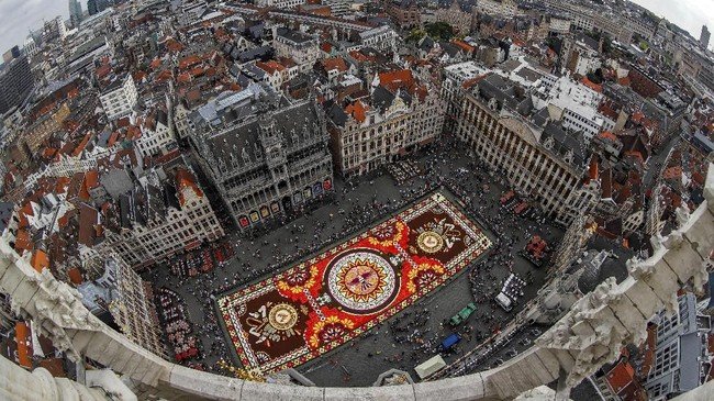 Rangkaian 500 ribu bunga dahlia and begonias dipajang di Brussels' Grand Place, Belgia, 16 Agustus 2018. (REUTERS/Yves Herman TPX IMAGES OF THE DAY).