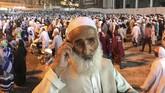 Seorang jemaah calon haji asal Afghanistan tengah berbicara di telepon usai melakukan doa malam di samping Masjid Agung, Mekah, Arab Saudi, Kamis (16/8). (REUTERS/Zohra Bensemra).