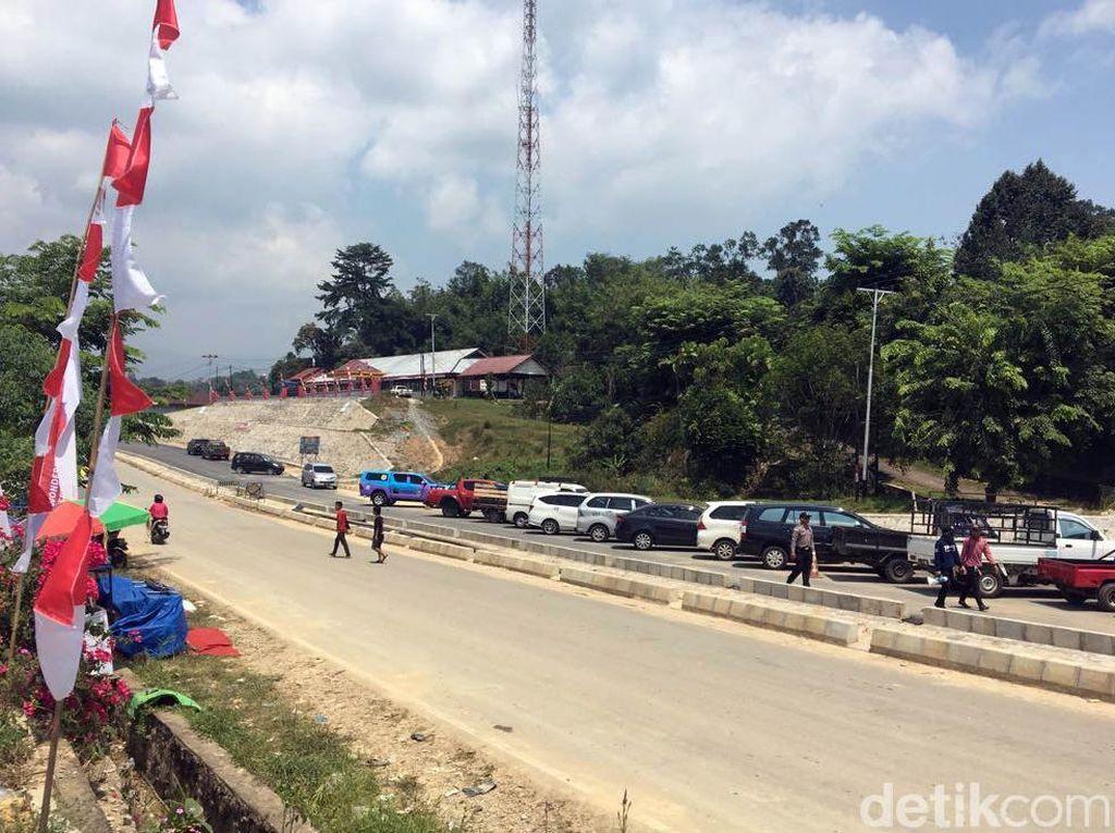 Jalan di Entikong pun sudah mulus walaupun masih terdapat beberapa proyek pelebaran untuk pelebaran jalan