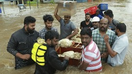 Dikepung Banjir Kerala, Warga Tak Mau Tinggalkan 25 Anjingnya