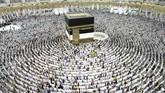 Umat Islam dari berbagai negara berkumpul menandai dimulainya ibadah haji tahunan di kota suci Mekah, Arab Saudi. Mereka melakukan salat di sekitar Kakbah di Masjidil Haram pada Rabu (15/8). (AFP PHOTO/Bandar Al-Dandani).