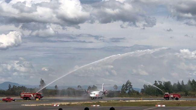 Meriam Air Sambut Penerbangan Bersejarah di Danau Toba