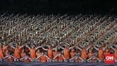 Pertunjukan tari saman mengawali acara pembukaan Asian Games 2018 disambut meraih penonton di Stadion Utama Gelora Bung Karno, Jakarta, Sabtu (18/8). (CNNIndonesia/Adhi Wicaksono)