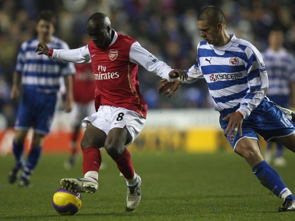 Lassana Diarra pernah berseragam Arsenal di musim 2007/2008. Tak lama, cuma semusim dengan catatan 13 kali bermain. Sebelumnya dia membela Chelsea, dari 2005-2007. Diarra menyumbang trofi Piala FA. (Foto: Hamish Blair/Getty Images)