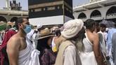 Jemaah calon haji tengah mengelilingi Kakbah dan berdoa di Masjid Agung selama ziarah haji tahunan di kota suci Mekah, Arab Saudi, Selasa (16/8). (REUTERS/Zohra Bensemra).