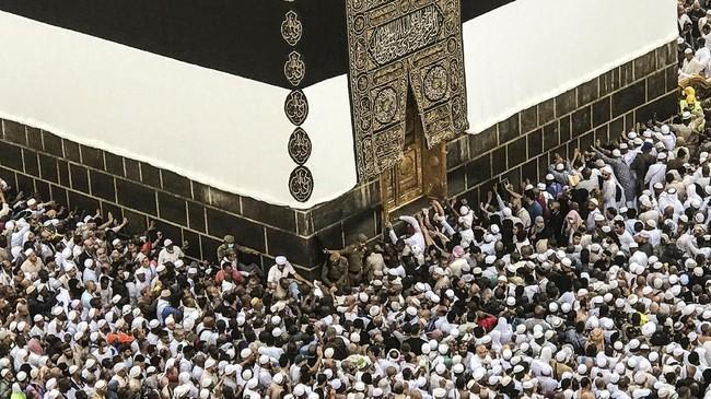 Jemaah calon haji tengah mengelilingi Kakbah dan berdoa di Masjid Agung selama ziarah haji tahunan di kota suci Mekah, Arab Saudi. Islam dari berbagai negara berkumpul untuk melakukan ibadah haji tahunan yang merupakan satu dari lima rukun Islam. (REUTERS/Zohra Bensemra).