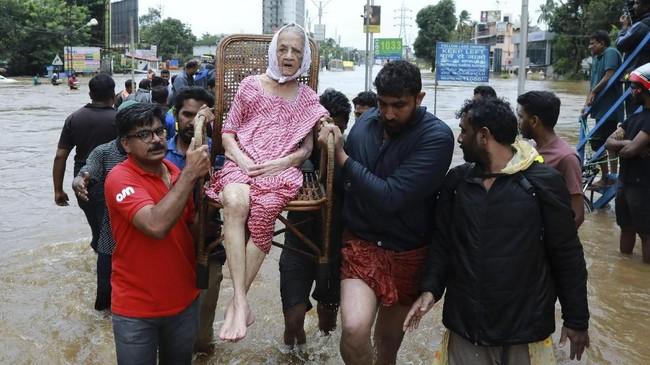 Perdana Menteri Narendra Modi mengunjungi lokasi bencana dan memberi dana hibah US$75 juta.
