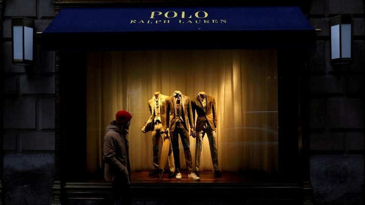 FILE PHOTO: A man walks past Ralph Lauren Corp.'s  flagship Polo store on Fifth Avenue in New York City, U.S., April 4, 2017.    REUTERS/Brendan McDermid/File Photo                         GLOBAL BUSINESS WEEK AHEAD